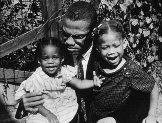 19 de Maio - Malcolm X com suas filhas.