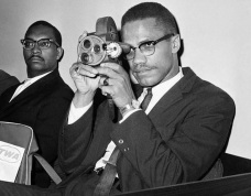 19 de Maio - Malcolm X com uma camera, filmando.