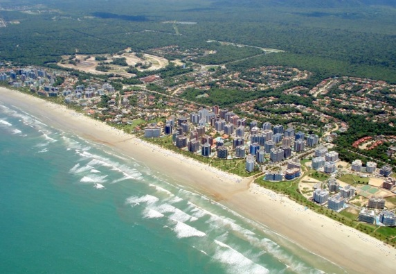 19 de Maio - Vista aérea da praia e condomínios em Bertioga - SP.