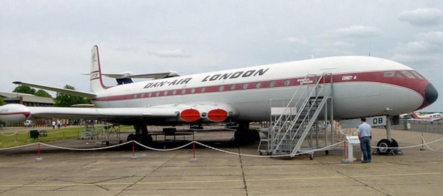 2 de Maio - 1952 — O primeiro avião do tipo jato comercial do mundo, o de Havilland Comet 1 faz seu primeiro voo, de Londres a Joanesburgo. (Foto - Imperial War Museum Duxford, Inglat