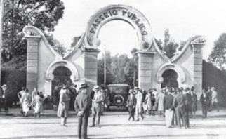2 de Maio - Passeio Público de Curitiba e o seu portão (réplica do Le Cimetière Asnières). Foto de 1930