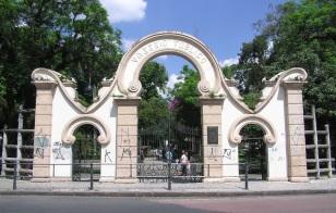 2 de Maio - Passeio Público de Curitiba e o seu portão (réplica do Le Cimetière Asnières).