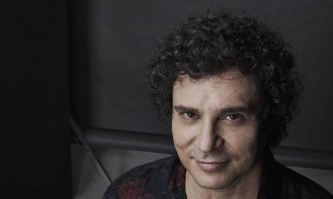 21 de Maio - 1962 – Roberto Frejat, close up, fundo escuro.