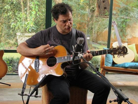 21 de Maio - 1962 - Roberto Frejat, ao violão, gravando canção em casa.