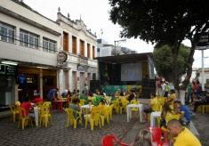 21 de Maio - Jogo da seleção em telão na rua da cidade - Tombos (MG) 165 Anos.