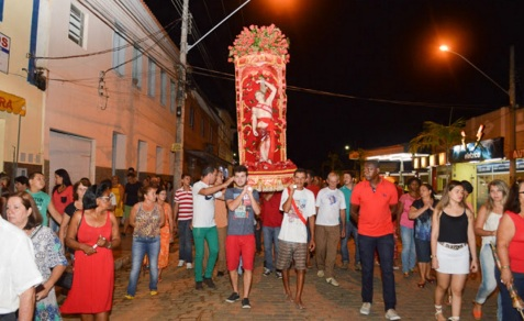 21 de Maio - Procissão saindo da Igreja São Sebastião - Tombos (MG) 165 Anos.