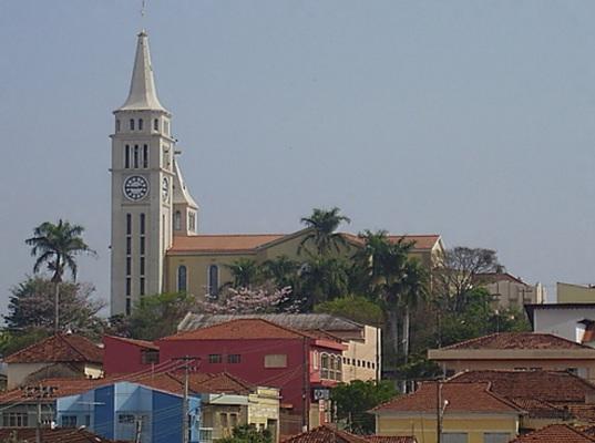 22 de Maio - Igreja Matriz, vista ao longe — Pederneiras (SP).