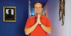 23 de Maio - Rubens Barrichello em reverência budista.