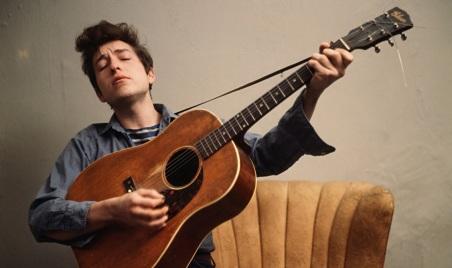 24 de Maio - 1941 – Bob Dylan, músico e compositor norte-americano - em casa, at home, jovem, young, tocando, playing.