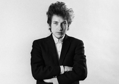 24 de Maio - 1941 – Bob Dylan, músico e compositor norte-americano - em pé, braços cruzados, pb,bw.