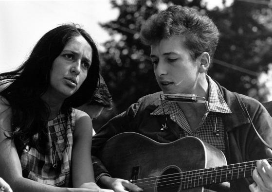 24 de Maio - Bob Dylan com Joan Baez na Marcha por Trabalho e Liberdade em Washington, D.C., em 1963.