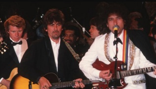 24 de Maio - Tom Fogerty, Creedence Clearwater Revival, George Harrison, The Beatles e Bob Dylan, em 1988.