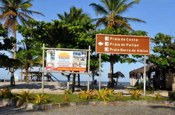 25 de Maio - Placa indicando a direção das praias da cidade - Canavieiras (BA)
