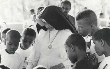 26 de Maio - 1914 – Irmã Dulce, religiosa brasileira - com adolescentes.