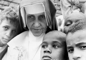 26 de Maio - 1914 – Irmã Dulce, religiosa brasileira com crianças carentes.