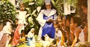 26 de Maio - 1914 – Irmã Dulce, religiosa brasileira - com crianças.