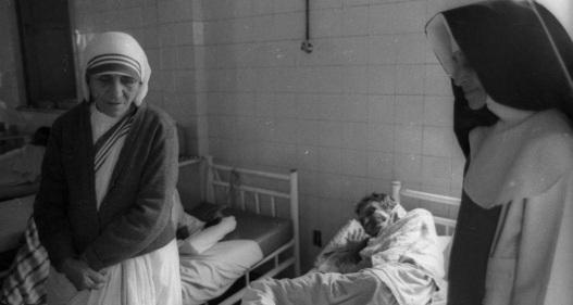 26 de Maio - 1914 – Irmã Dulce, religiosa brasileira com Madre Teresa de Calcutá, que visitava Salvador.