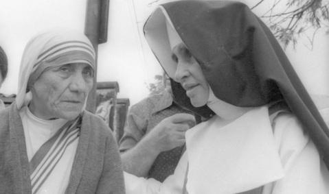 26 de Maio - 1914 – Irmã Dulce, religiosa brasileira com Madre Teresa de Calcutá..