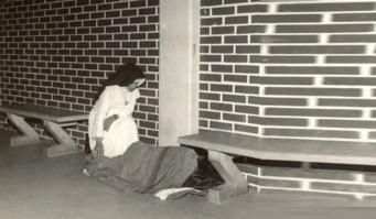 26 de Maio - 1914 – Irmã Dulce, religiosa brasileira - com morador de rua.