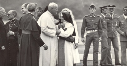26 de Maio - 1914 – Irmã Dulce, religiosa brasileira - com o Papa e soldados da ditadura brasileira ao fundo.