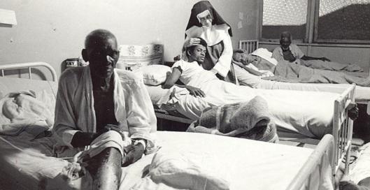 26 de Maio - 1914 – Irmã Dulce, religiosa brasileira - cuidando de doentes.