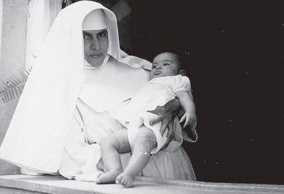 26 de Maio - 1914 – Irmã Dulce, religiosa brasileira - jovem, com criança nos braços.