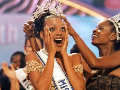 26 de Maio - 1999 - Mpule Kwelagobe, de Botswana, é coroada Miss Universo 1999, realizado em Trinidad & Tobago, sendo a 1ª miss de seu país a conquistar a coroa.