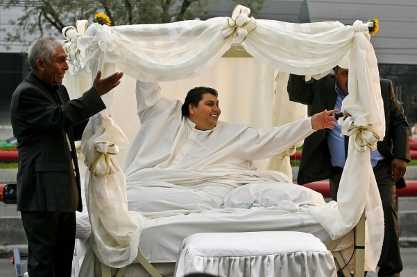 26 de Maio - 2014 — Manuel Uribe, recordista de obesidade mexicano (n. 1965).