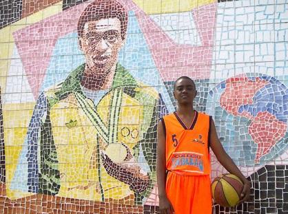 28 de Maio - Pulinho posa com a bola de basquete ao lado do Centro Esportivo João do Pulo (seu pai), em Pindamonhangaba.