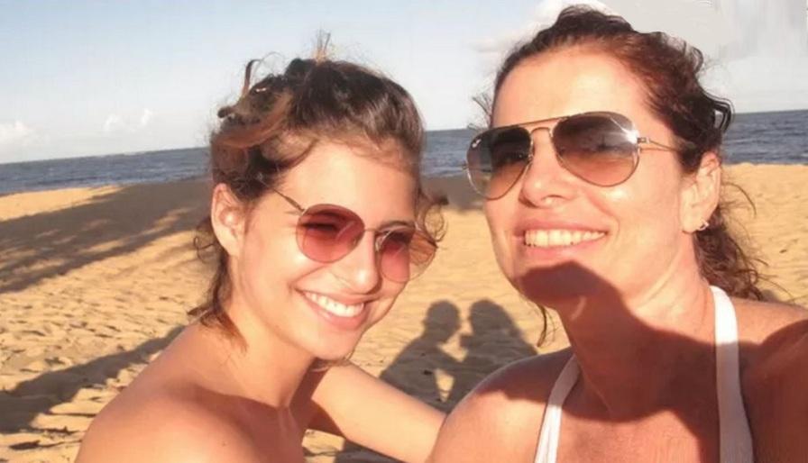 29 de Maio - Debora Bloch com a filha Júlia, na praia.