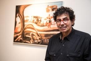 30 de Maio - 1947 – Daniel Azulay, artista plástico, educador, desenhista, compositor e autor de livros - com quadro ao fundo.