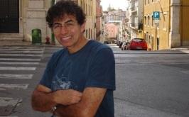 30 de Maio - 1947 – Daniel Azulay, artista plástico, educador, desenhista, compositor e autor de livros - na rua da cidade.