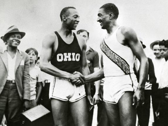 30 de Maio - Jesse Owens e Ralph Metcalfe apertando as mãos.