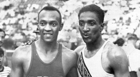 30 de Maio - Jesse Owens e Ralph Metcalfe observando outros competidores.