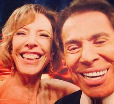 31 de Maio - Silvio Santos faz primeiro 'selfie' público com Marília Gabriela.