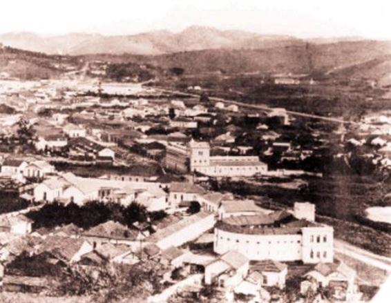 31 de Maio - Vista panorâmica da cidade em 1893. Ao fundo, a Companhia Têxtil Bernardo Mascarenhas e à direita, em primeiro plano, a antiga cadeia, atual Escola Normal. - Juiz de Fora