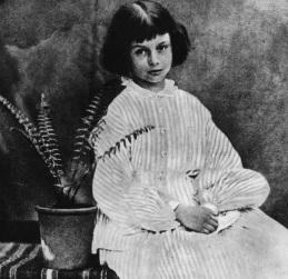 4 de Maio - 1852 – Alice Liddell, inspiradora do livro Alice no País das Maravilhas (m. 1934).