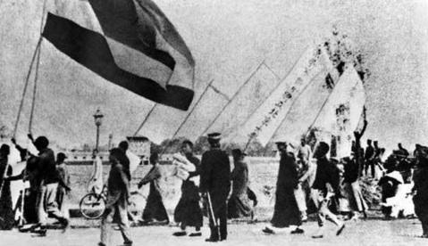 4 de Maio - 1919 — Estudantes reunidos em Pequim durante o Movimento Quatro de Maio.