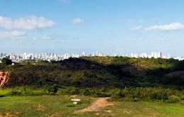 4 de Maio - Morro dos Guararapes, local onde foram travadas as Batalhas dos Guararapes, com Recife ao fundo. O Parque Histórico Nacional dos Guararapes é bem tombado pelo IPHAN – Jab