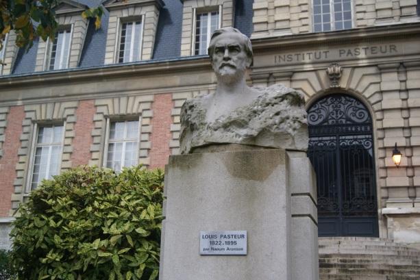5 de Maio - 1983 – O Instituto Pasteur de Paris consegue identificar o vírus da Aids.