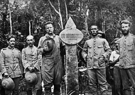 5 de Maio - Marechal Cândido Rondon (o quarto, a partir da esq.) com o presidente americano Teddy Roosevelt (terceiro, a partir da esq.). Foto do Museu do Índio - Funai.
