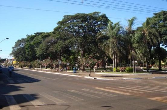 6 de maio - Avenidas arborizadas em Mandaguari, Paraná.