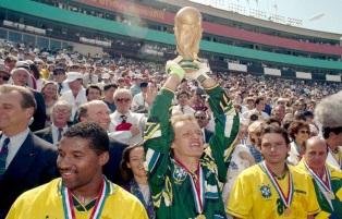 8 de Maio - 1966 — Cláudio Taffarel, ex-goleiro brasileiro, com a Taça da Copa do Mundo de 1994.