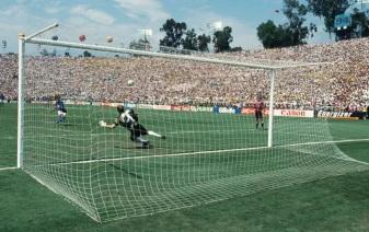 8 de Maio - 1966 — Cláudio Taffarel, ex-goleiro brasileiro, com Roberto Baggio cobrando o pênalte.