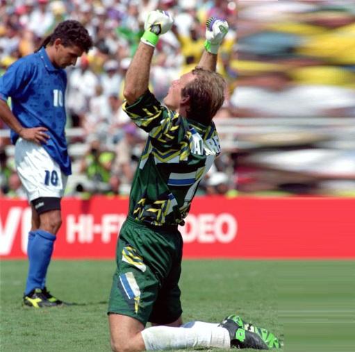8 de Maio - 1966 — Cláudio Taffarel, ex-goleiro brasileiro, comemorando com Roberto Baggio ao fundo.