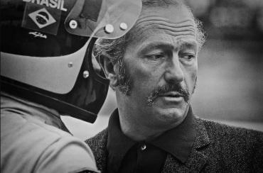 9 de Maio - 1926 – Colin Chapman, designer, inventor, construtor da indústria automobilística e criador da equipe Lotus de F1, com Emerson Fittipaldi.