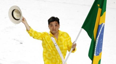 9 de Maio - 1969 – Hugo Hoyama - mesatenista brasileiro com a bandeira do Brasil.