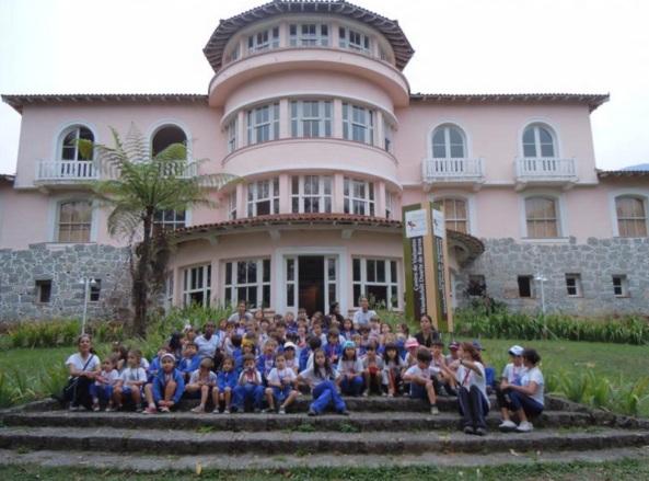 1 de Junho - Parque Nacional do Itatiaia - Centro de Visitação - Crianças nas escadas - RJ.