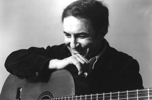 10 de Junho - João Gilberto - cantor, violonista e compositor brasileiro - sorrindo apoiado no vioão.