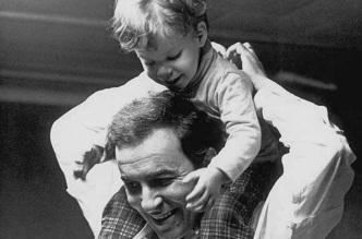 10 de Junho - João Gilberto e Bebel Gilberto ainda bebê.